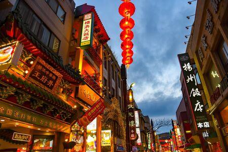 Überfüllte Einkaufsstraßen in Chinatown in Yokohama. In den engen und farbenfrohen Gassen finden Sie zahlreiche chinesische Geschäfte und Restaurants.