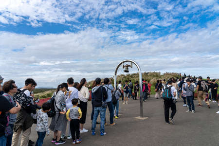 Many people waiting in line to ring the Miharashi's bell on Miharashi Hill in the Hitachi Seaside Park. Ibaraki Prefecture, Japan. 報道画像