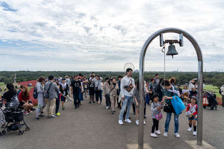 Many people waiting in line to ring the Miharashi's bell on Miharashi Hill in the Hitachi Seaside Park. Ibaraki Prefecture, Japan. Stock fotó - 151309026
