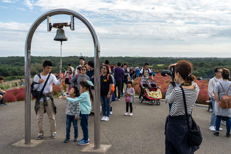 Many people waiting in line to ring the Miharashi's bell on Miharashi Hill in the Hitachi Seaside Park. Ibaraki Prefecture, Japan. Stock fotó - 151309012