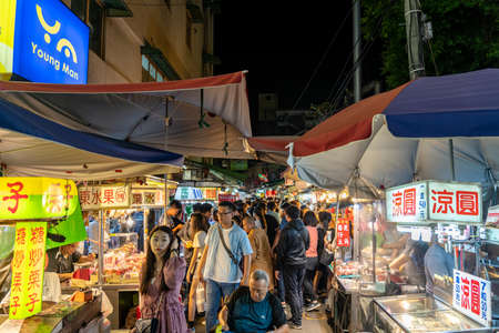 Fengyuan Miao Tung Night Market, famous travel destination. People can seen walking and exploring around it. Big part of Taiwanese culture. Fengyuan District, Taichung city, Taiwan 報道画像