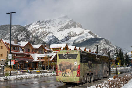 Street view of Town of Banff. Bus stop in Banff Avenue in autumn and winter snowy season. Banff, Alberta, Canada. Publikacyjne
