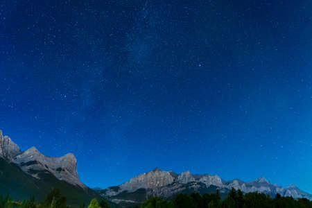 Starry sky with Rocky Mountains Mount Rundle in summer night. 版權商用圖片