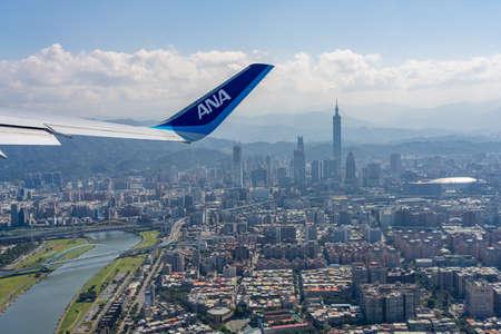 All Nippon Airways (ANA) Airplane wing with Taipei city skyline in the background. Taipei, Taiwan Sajtókép
