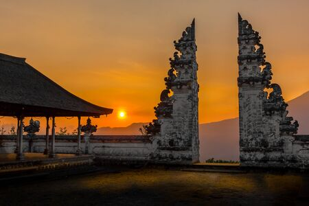 Sunset view from the Pura Lempuyang Luhur 'Gates of Heaven' temple in Bali, Indonesia 版權商用圖片 - 127538610
