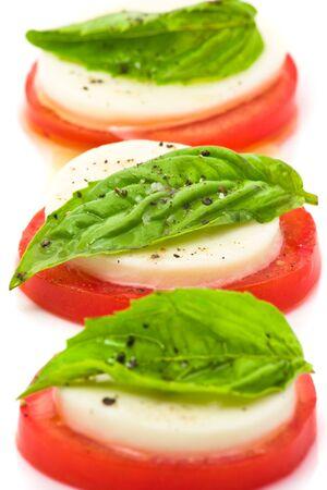 Deliziosa insalata di pomodoro e mozzarella su sfondo bianco