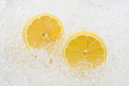 crushed ice: Whole and cut lemons on crushed ice