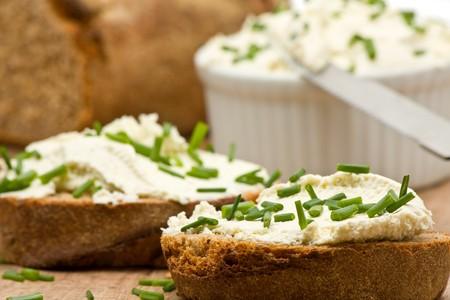 Lecker Sahne-Käse auf frisch geschnittenem Brot mit Schnittlauch