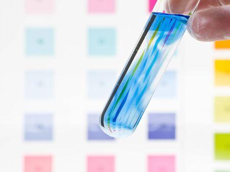 Reagenzglas mit pH-Indikator vergleichen Farbe maßstabsgetreu holding hände
