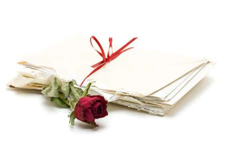 carta de amor: Cartas de amor de Vintage con Rosa Roja sobre fondo blanco Foto de archivo