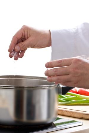 agregar: Cocinero masculino condimento comida con sal de Mar dulce Foto de archivo