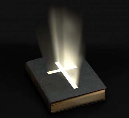 espiritu santo: Santa Biblia con luminoso Cruz sobre fondo negro