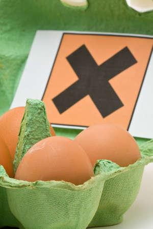 injurious: Paquete de seis huevos con s�mbolo t�xico Foto de archivo