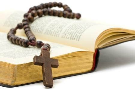 Rosenkranz mit Heiligen Bibel über weiße Hintergrund