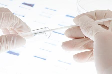 adn humano: Investigador poniendo el ejemplo de prueba de ADN en un tubo de ensayo