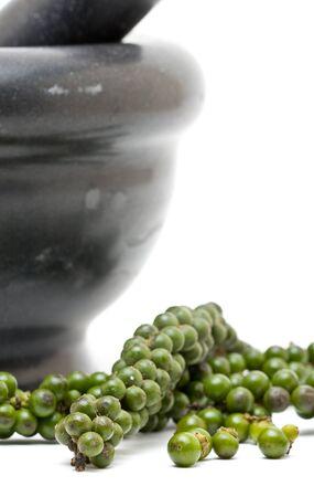 morter: Non trasformati grani di pepe verde con Malta su sfondo bianco
