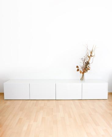 Generische modernes Zimmer mit Regalen und Holzboden