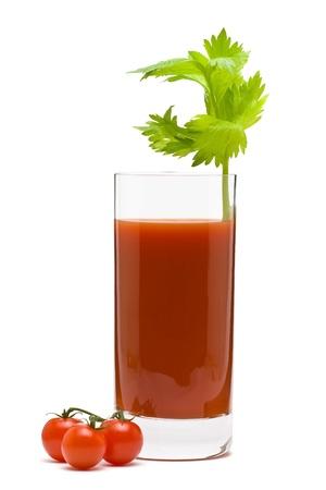 Bloody Mary - Mix Getränk aus Wodka und Tomaten Saft auf weißem Hintergrund