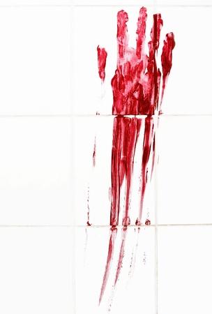 piastrelle bagno: Handprint sanguinoso con striature su piastrelle del bagno