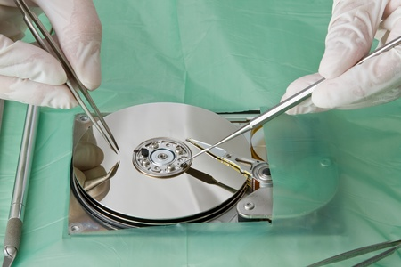 Cirujano de trabajo técnico en el disco duro - concepto de recuperación de datos