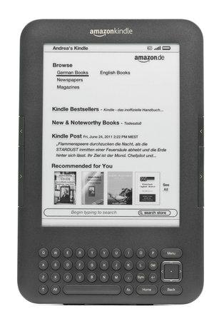 München, Deutschland - 28. Juni 2011: Deutsch Amazon Kindle 3 3G auf weißem Hintergrund zeigt Amazon Kindle Shop home-Bildschirm isoliert. Amazon veröffentlicht Kindle 3 in Deutschland im April 2011