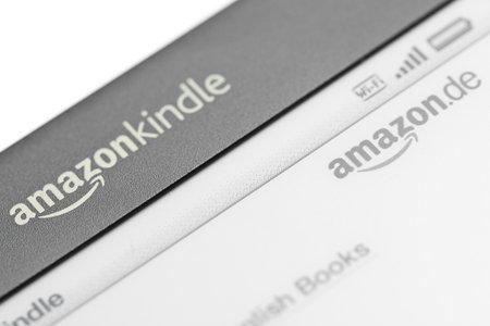 München, Deutschland - 28. Juni 2011: Nahaufnahme von dem Logo des Amazon Kindle 3 3G zeigt das Logo des Amazon Kindle Shop. Amazon veröffentlicht Kindle 3 der in Deutschland im April 2011