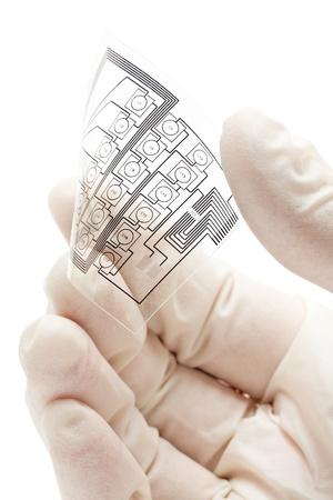 Technicus met een flexibele elektrische circuit lay-out