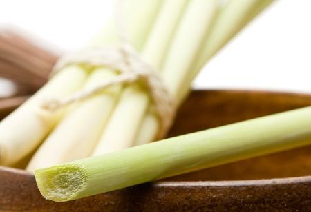 Frische Bio-Zitronengras-Bundle in Holzschale Lizenzfreie Bilder