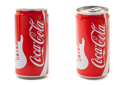 lata de refresco: Munich, Alemania - 20 de agosto de 2011: Coca-Cola 0,25 l puede; Un año después de su lanzamiento redesignes de Coca-Cola puede su exitoso más pequeño.