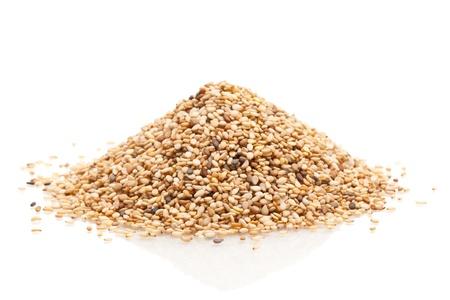 Mucchio di organici semi di sesamo naturali su sfondo bianco