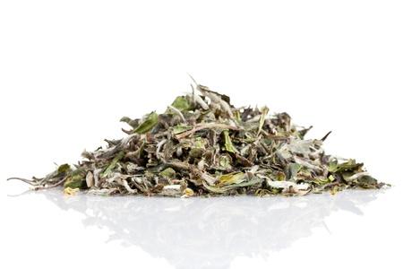 wei�er tee: Getrocknete wei�e Teebl�tter auf wei�em Hintergrund Lizenzfreie Bilder