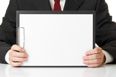 portapapeles: Hombre de negocios la celebraci�n de portapapeles con una pieza de papel en blanco para la copia o las im�genes