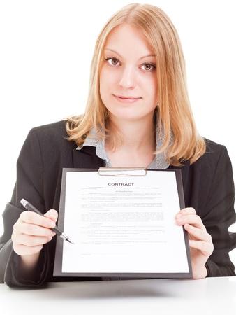 Junge Geschäftsfrau zeigt auf Signaturzeile auf Vertrag - isoliert auf weißem Hintergrund Standard-Bild