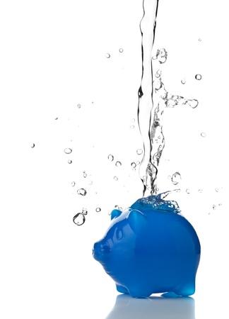 ahorrar agua: Hucha llena de agua - el concepto de ahorro de agua Foto de archivo