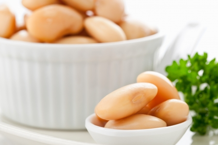 large bean: Cannellinni beans in white bowl on table