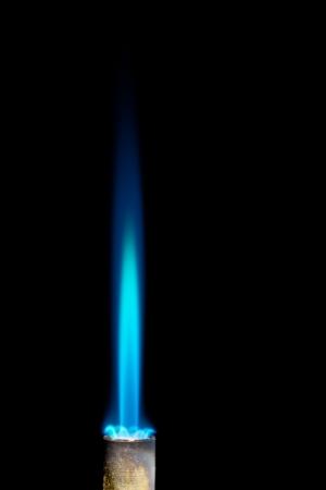 resplandor: Industrial quemador de gas natural aislado en el fondo negro Foto de archivo
