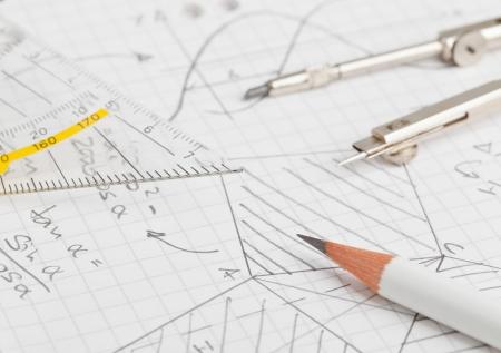 simbolos matematicos: Notas de matem�ticas de geometr�a y trigonometr�a con l�piz y comp�s en el papel de nota Foto de archivo