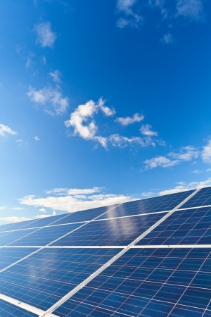 paneles solares: Solar fotovoltaica paneles de campo para la producci�n de energ�a renovable con el cielo azul y las nubes Foto de archivo