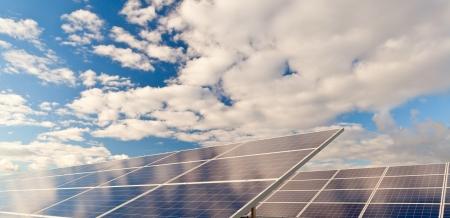 Solar fotowoltaika pole panele do produkcji energii odnawialnej z błękitne niebo i chmury Zdjęcie Seryjne
