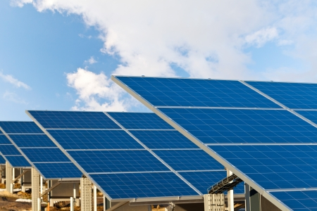 PLACAS SOLARES: Solar fotovoltaica paneles de campo para la producción de energía renovable con el cielo azul y las nubes Foto de archivo