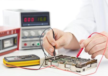 Elektroniker Prüfcomputer an Elektronik-Werkstatt Standard-Bild