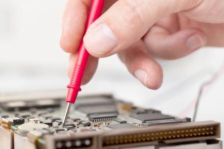Elektroniker Prüfcomputer an Elektronik-Werkstatt Lizenzfreie Bilder