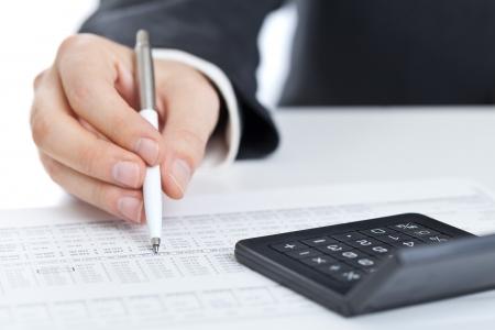 Unternehmensfinanzierung Mann Berechnung Budgetzahlen mit Taschenrechner