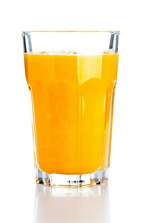 verre de jus d orange: Verre de jus d'orange fraîchement pressé sur fond blanc