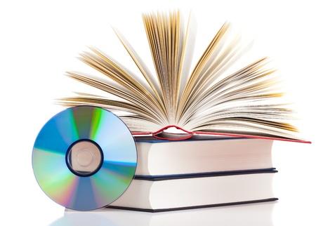Livre avec disque compact sur fond blanc - e-book ou un concept de stockage numérique