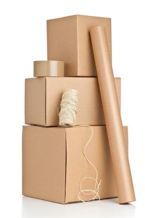 Des boîtes en carton brun avec des matériaux d'emballage sur fond blanc Banque d'images