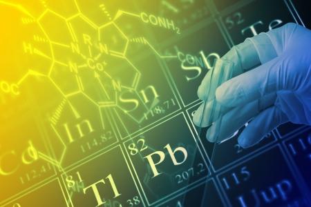red tube: Científico que sostiene el tubo de ensayo con la fórmula estructural molécula y la tabla periódica de los elementos Foto de archivo