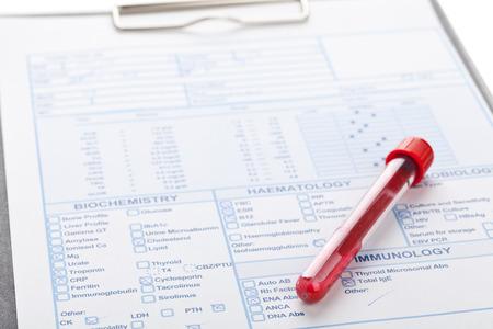 flacon de sang avec un échantillon de sang sur le formulaire de test Banque d'images