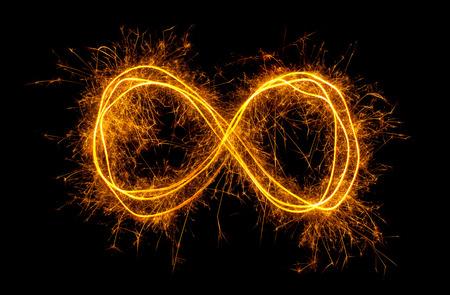Glühende Möbiusband Unendlichkeitssymbol auf schwarzem Hintergrund isoliert