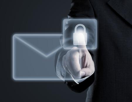 Geschäftsmann berühren virtuellen futuristischen Display mit Symbol für sichere E-Mail Kommunikation Standard-Bild - 29129150